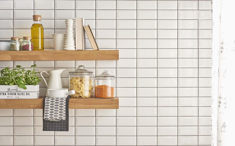 لا تضع الكثير من الأشياء على أرفف المطبخ، فالأرفف الفارغى أصبحت موضة