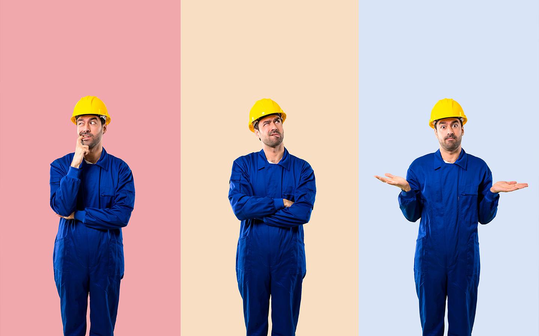 عامل يرتدي خوذة