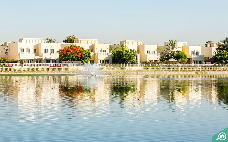تتمتع بعض فلل مجمع السهول دبي بإطلالات خلابة على بحيرة المجمع