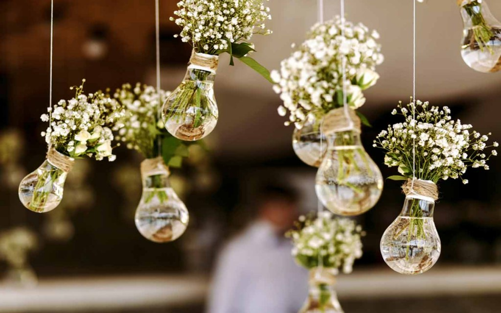 أزهار داخل مصابيح