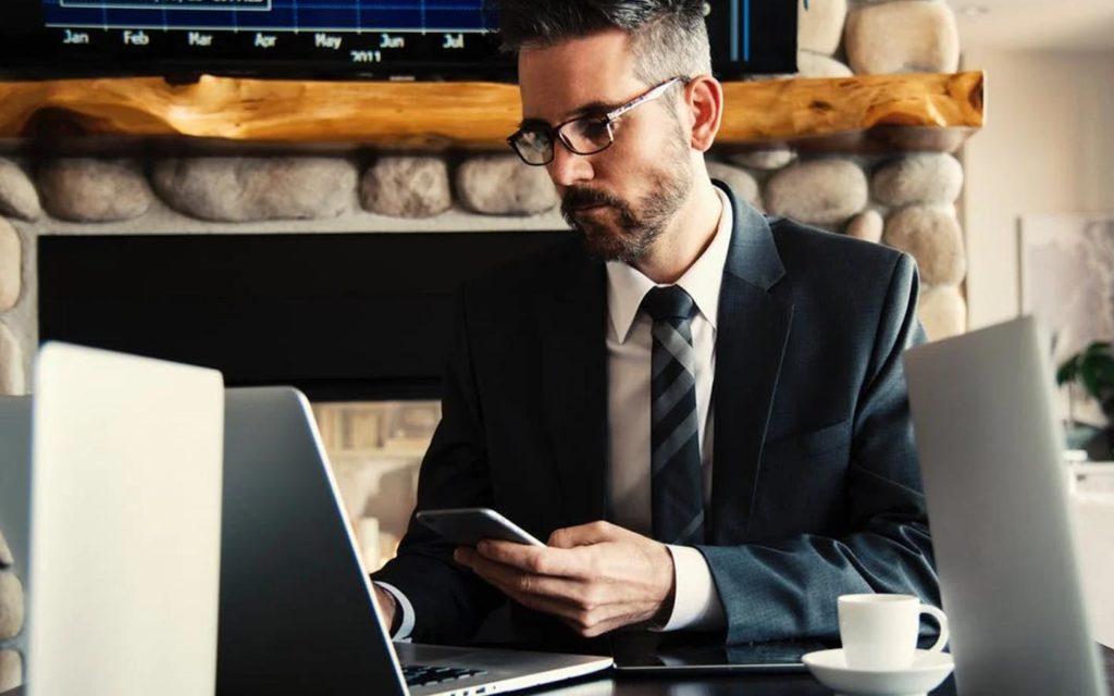 محامي أمام حاسوب