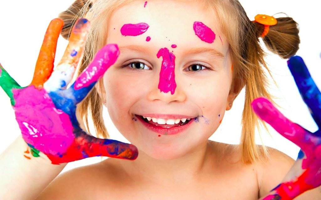 طفلة تلعب بالألوان