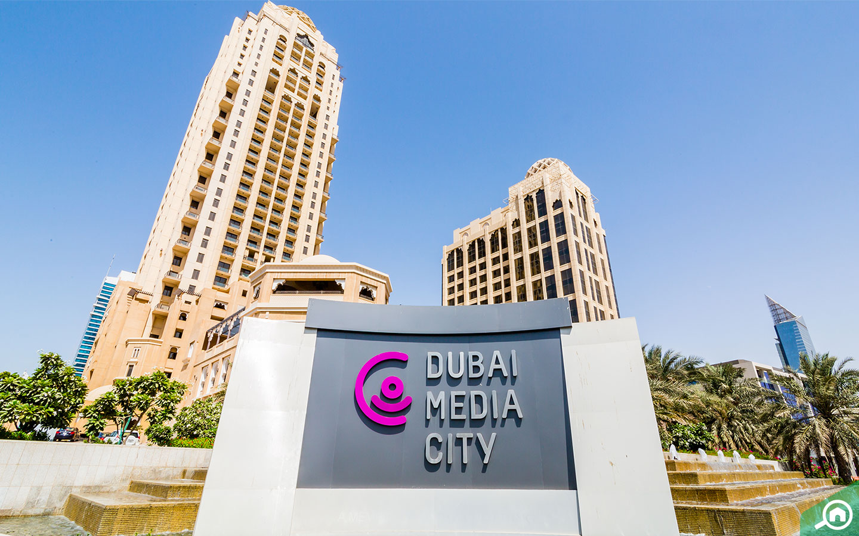 يقع مسرح مدينة دبي للإعلام في مدينة دبي للإعلام مقابل فندق ميديا ون
