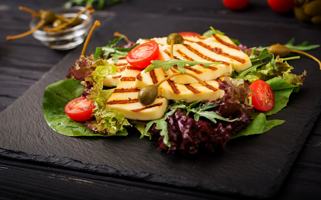 Salad with grilled cheese, tomatoes and lettuce