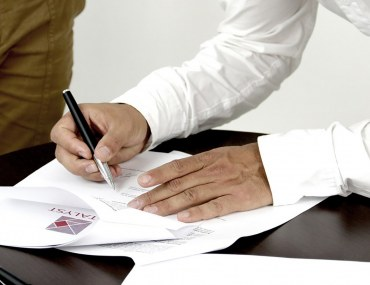 signing a contract - one of the Legal Steps to Buy Property in Dubai