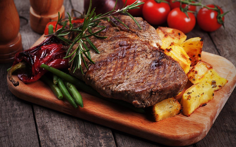 طبق من اللحم والخضروات