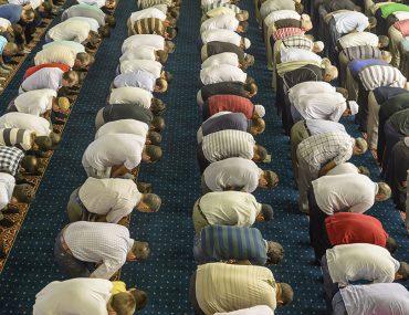 اشخاص يؤدون الصلاة