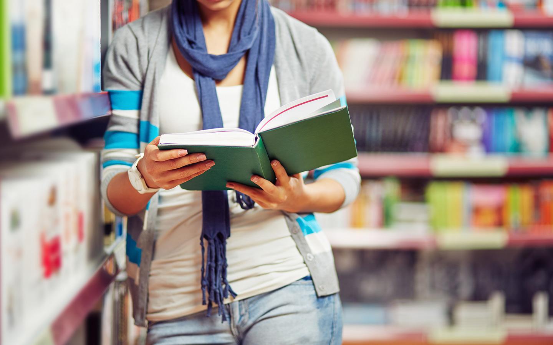 تتيح مكتبة إليانس فرانسيز للزوار فرصة استعارة الكتب وقراءتها في المنزل أو في أي مكان