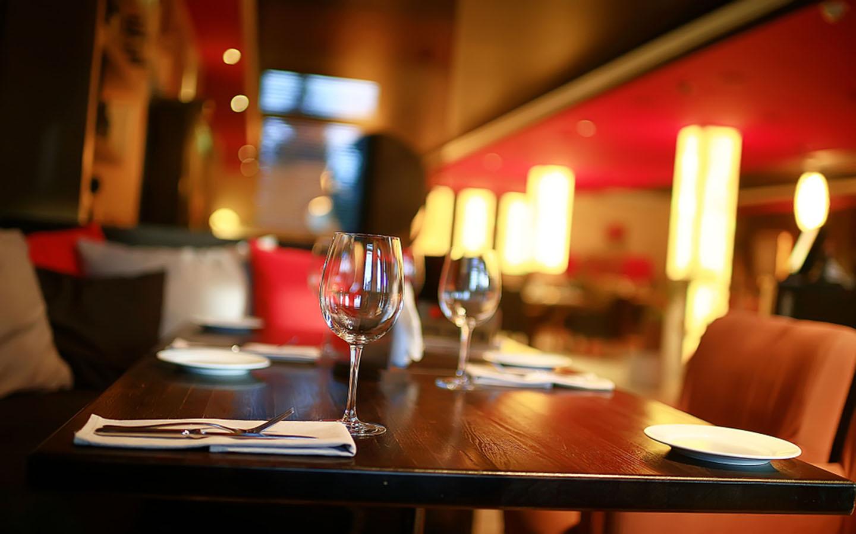 طاولة طعام في فندق