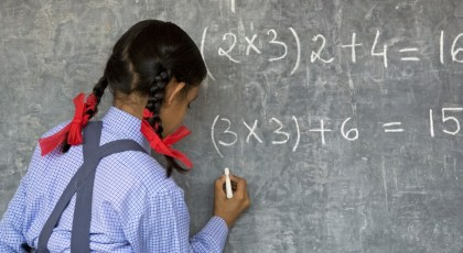 طالبة تكتب على اللوح