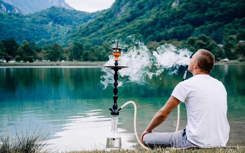 Eine Person raucht Wasserpfeife