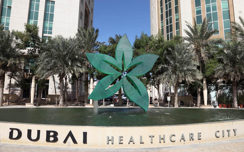 تتميز مدينة دبي للرعاية الطبية بتقديم الخدمات الصحية والعلاجية بحداثة مطلقة تجذب المرضى من جميع أنحاء دولة الإمارات العربية المتحدة