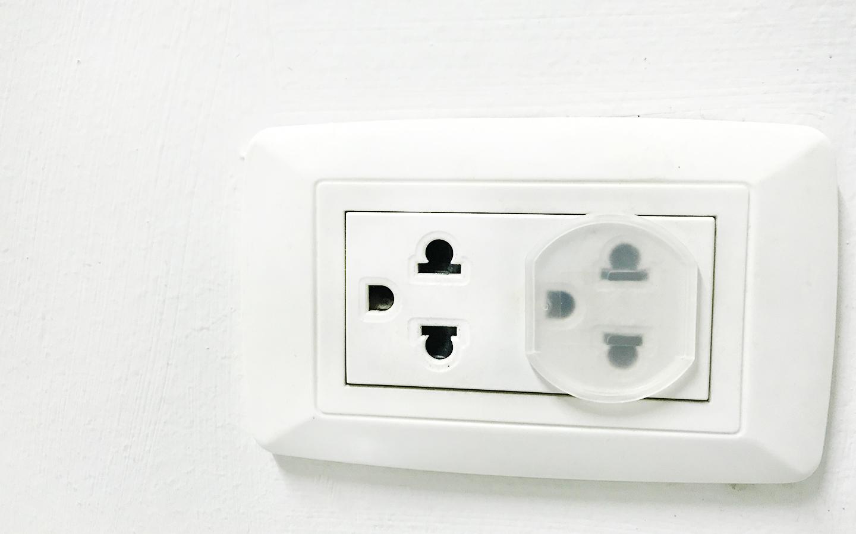 تغطية قوابس الكهرباء لتجنب أي حوادث مؤسفة للأطفال