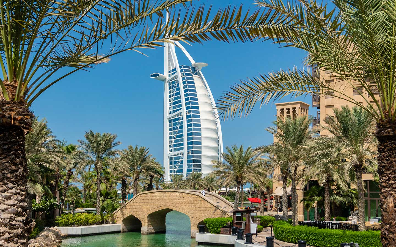 يطل سوق مدينة جميرا على فندق برج العرب ذو الخمس نجوم