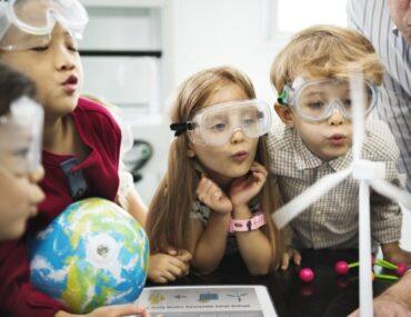 اطفال في مختبر