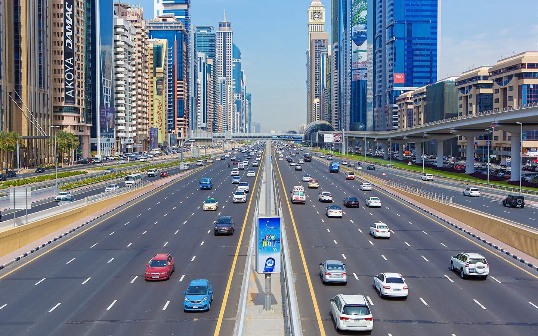 يعتبر شارع الشيخ زايد من اهم الشوارع في إمارة دبي