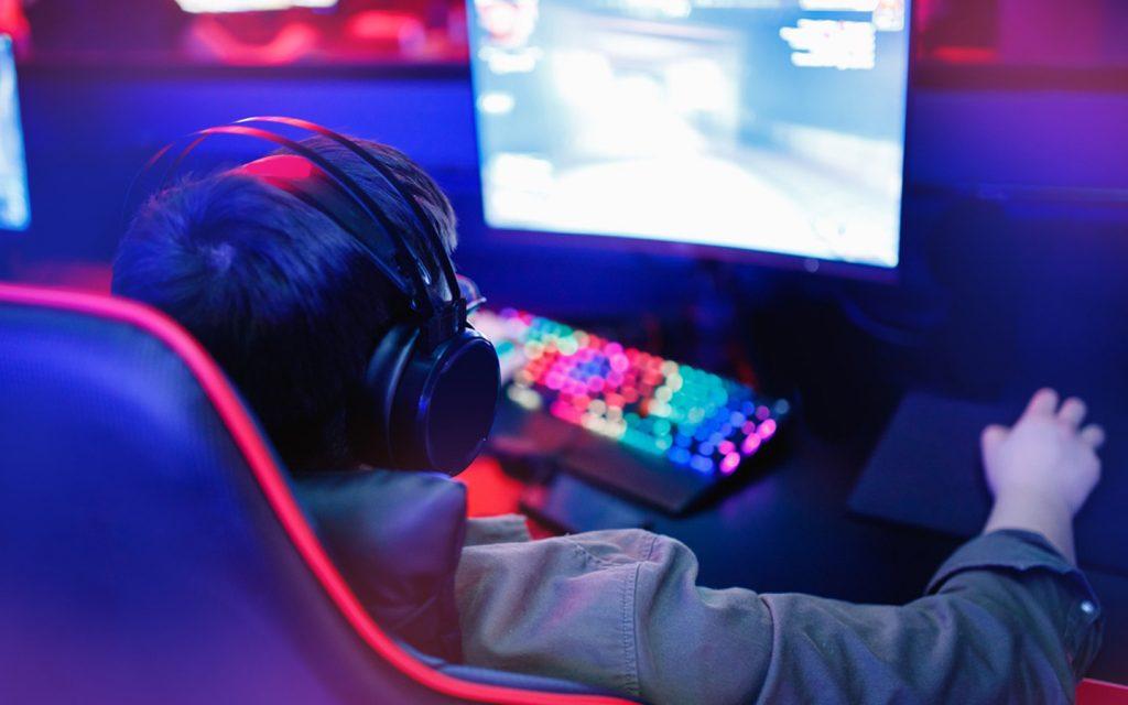 شاب يلعب ألعاب فيديو