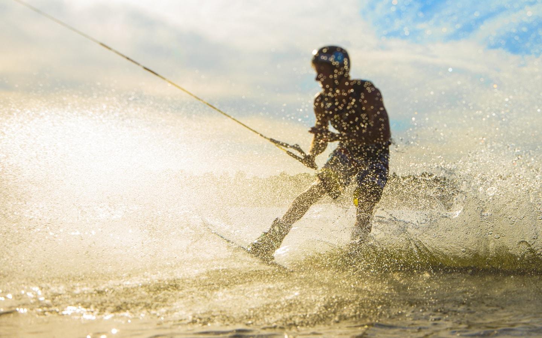 شخص يتزلج على الماء في دبي